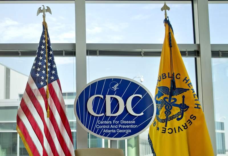 ARCHIVO - Esta fotografa de archivo del 19 de noviembre de 2013 muestra el logotipo de los Centros para el Control y la Prevencin de Enfermedades de Estados Unidos en las oficinas de la agencia en Atlanta. (AP Foto/David Goldman, Archivo)