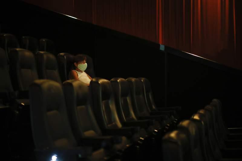 Una mujer mira una pelcula en un cine a casi un ao de que se cerraran las salas por la pandemia de COVID-19, en Buenos Aires, Argentina, el 3 de marzo de 2021. (Foto AP/Natacha Pisarenko)