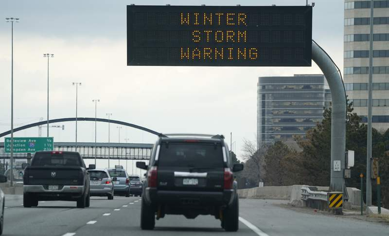 Un letrero vial electrnico advierte a los conductores en la Interestatal 25 en direccin norte de una prxima tormenta de nieve, el viernes 12 de marzo de 2021 en Centennial, Colorado. (AP Foto/David Zalubowski)