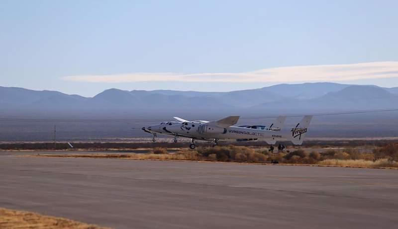 Fotografa facilitada por Virgin Galactic de su aeronave SpaceShipTwo Unity, adjunta a la nave nodriza VMS Eve, mientras despega el sbado 12 de diciembre de 2020 del centro Spaceport America en el sur de Nuevo Mxico para un vuelo de prueba. (Virgin Galactic va AP)