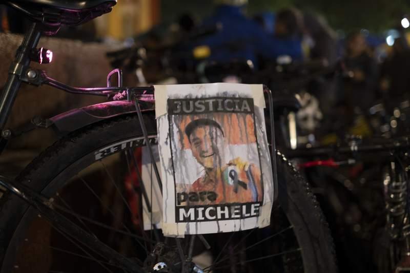 Un volante que exige justicia cuelga de una bicicleta el martes 13 de julio de 2021 durante una vigilia en honor de Michele Colosio, un italiano que trabajaba como voluntario en un centro de salud comunitario y que fue asesinado el domingo en la ciudad de San Cristbal de las Casas, estado de Chiapas, Mxico. (AP Foto/Isabel Mateos)