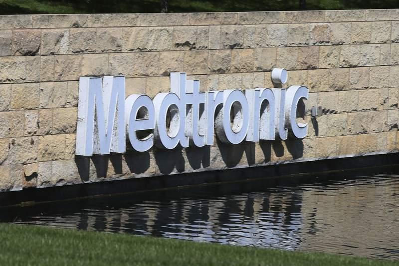 ARCHIVO - La foto de archivo del 29 de agosto de 2019 muestra el logo de Medtronic en la sede de la empresa en Fridley, Minnesota. El jueves 3 de junio de 2021 la FDA advirti a los cirujanos en EEUU que desistan de implantar la bomba cardaca de Medtronic debido a un problema elctrico vinculado con accidentes cerebrovasculares y muertes. (AP Foto/Jim Mone, File)