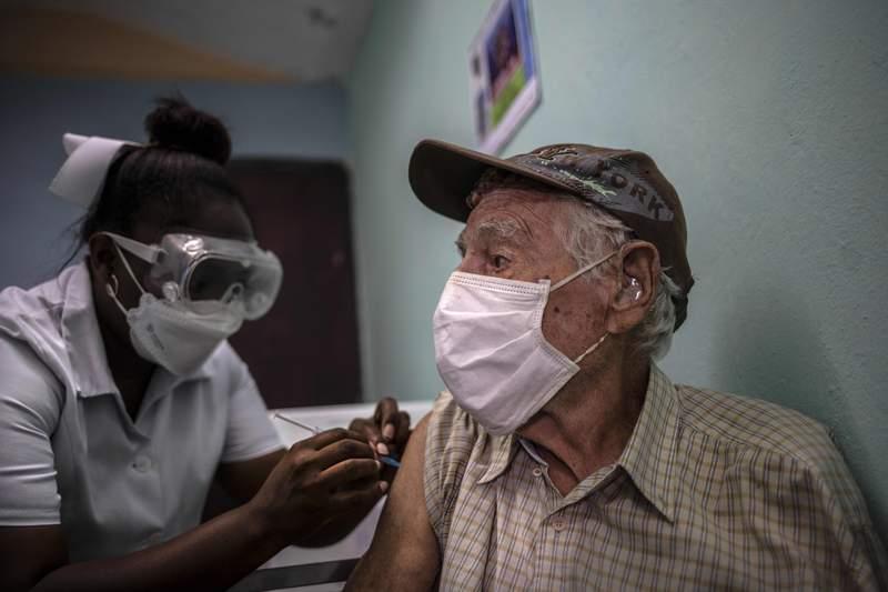 Un hombre recibe una inyección de la vacuna cubana Abdala contra COVID-19 en un consultorio médico en Alamar, en las afueras de La Habana, Cuba, el viernes 14 de mayo de 2021. Cuba comenzó inmunizando a las personas esta semana con sus propias vacunas, Abdala y Soberana 02, las únicas desarrolladas por un país latinoamericano. (AP Foto/Ramon Espinosa)