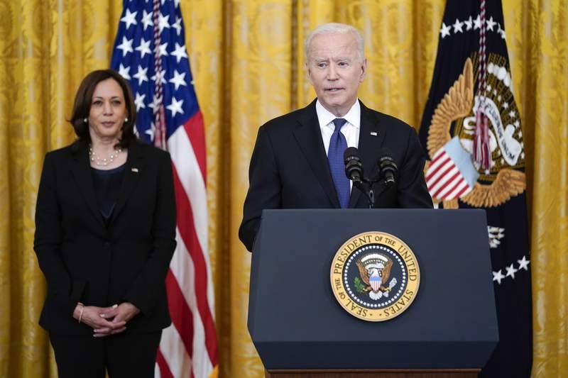 La vicepresidenta Kamala Harris escucha al presidente Joe Biden antes de que apruebe la ley contra crmenes de odio en la Casa Blanca, el jueves 20 de mayo de 2021, en Washington. (AP Foto/Evan Vucci)