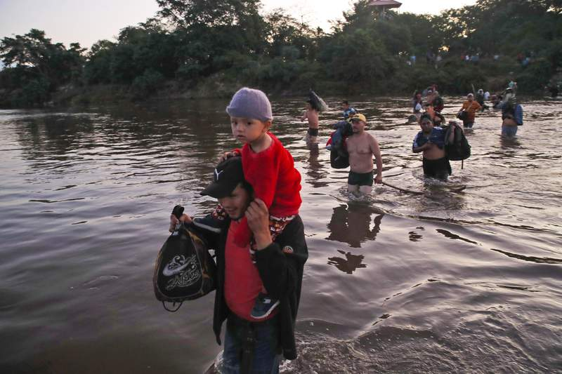 Migrantes centroamericanos cruzan el ro Suchiate el jueves 23 de enero de 2020 desde Tecn Umn, Guatemala, a Mxico. (AP Foto/Moiss Castillo)