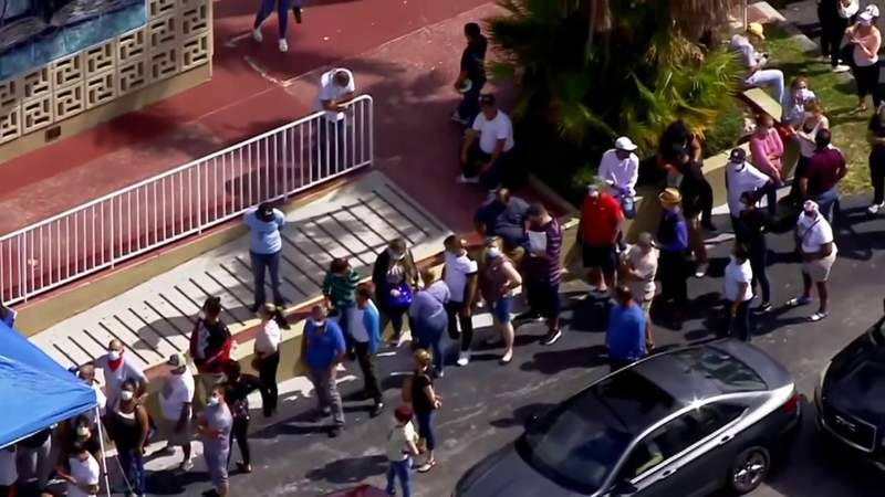 Hundreds risk health to get unemployment application form in Hialeah