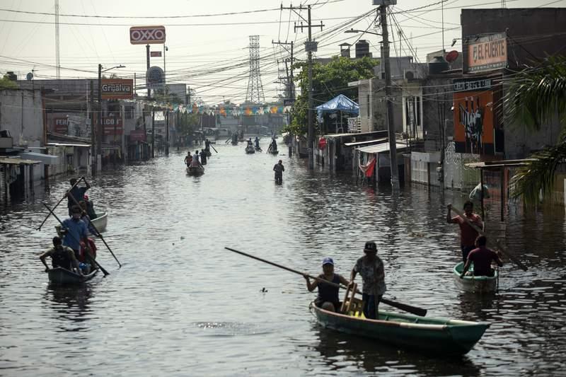 Residentes usan balsas para navegar por las calles inundadas en Villahermosa, en el estado de Tabasco, Mxico, el mircoles 11 de noviembre de 2020. (AP Foto/Felix Marquez)