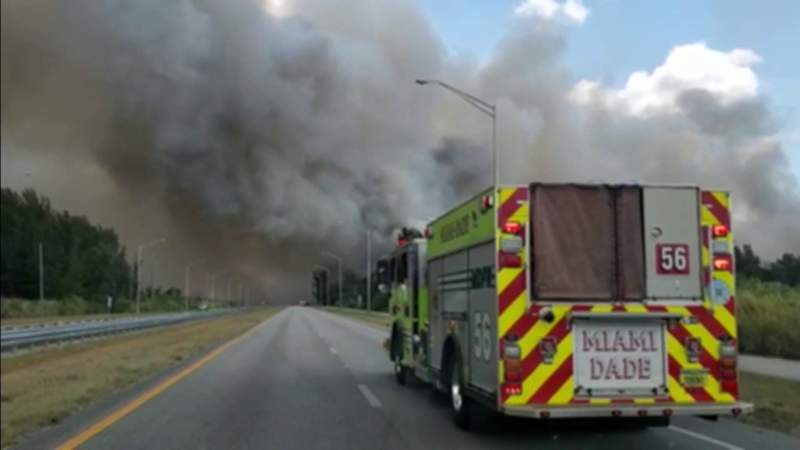 Brush fire continues raging in west Miami-Dade