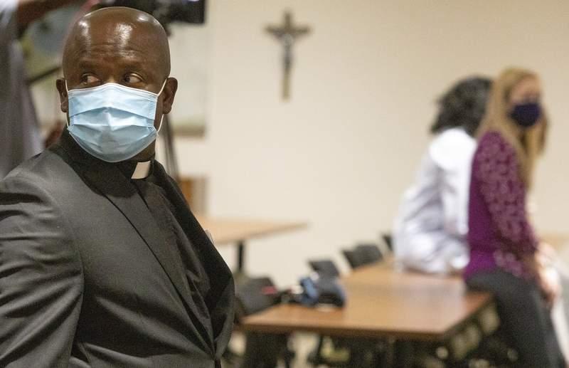 El padre Don Ajoko observa antes de una ceremonia el lunes 2 de agosto de 2021 en un centro mdico de Baton Rouge, Luisiana. (AP Foto/Ted Jackson)