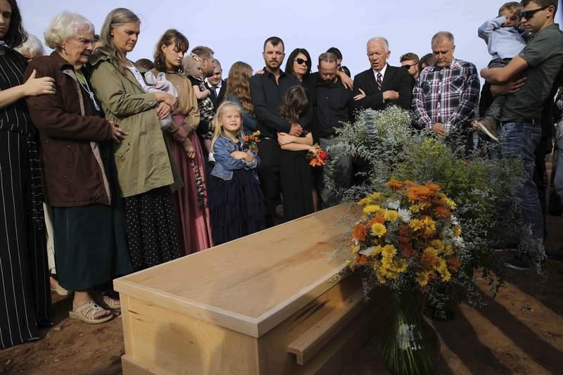 Amigos y familiares acuden al entierro de Christina Langford Johnson, la ltima vctima de una emboscada de un crtel del narcotrfico en la que murieron nueve mujeres y nios de doble nacionalidad mexicana-estadounidense, el sbado 9 de noviembre de 2019, en Colonia LeBarn, Mxico. (AP Foto/Marco Ugarte)