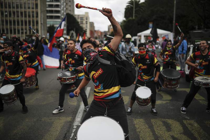 Jvenes tocan tambores durante una protesta en contra del gobierno, el martes 20 de julio de 2021, en Bogot.  (AP Foto/Ivan Valencia)