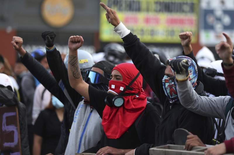 Manifestantes corean lemas durante una protesta antigubernamental en Bogot, Colombia, el lunes 10 de mayo de 2021. (AP Foto/Fernando Vergara)