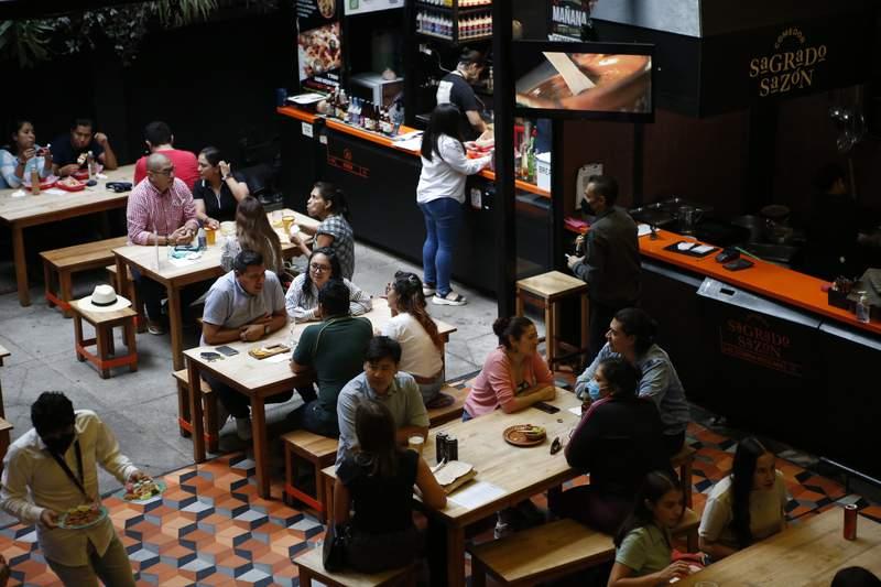 Comensales en la plaza de negocios de comida Huerto Roma, el 10 de julio de 2021, en la Ciudad de Mxico. (AP Foto/Ginnette Riquelme)
