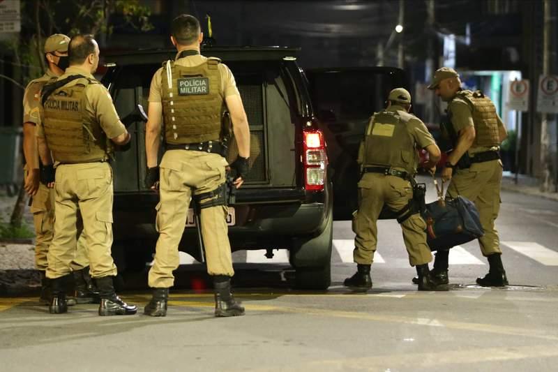 Militares cargan una bolsa llena de dinero que se qued tras el robo de un banco en Cricuima, estado de Santa Catarina, Brasil, el martes 1 de diciembre de 2020. (Guilherme Hahn/Futura Press va AP)