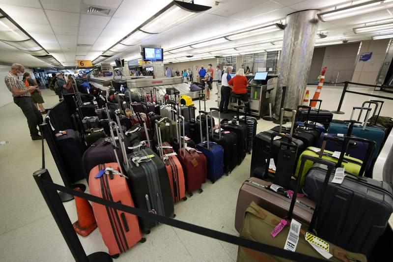 Equipaje de pasajeros demorados es visto en el rea de equipaje en el aeropuerto de Denver el 16 de junio del 2021. El Departamento de Transporte de Estados Unidos propondr que las aerolneas tengan que rembolsar los honorarios de equipaje despachado si los pasajeros no reciben su equipaje rpidamente. (AP Foto/David Zalubowski)