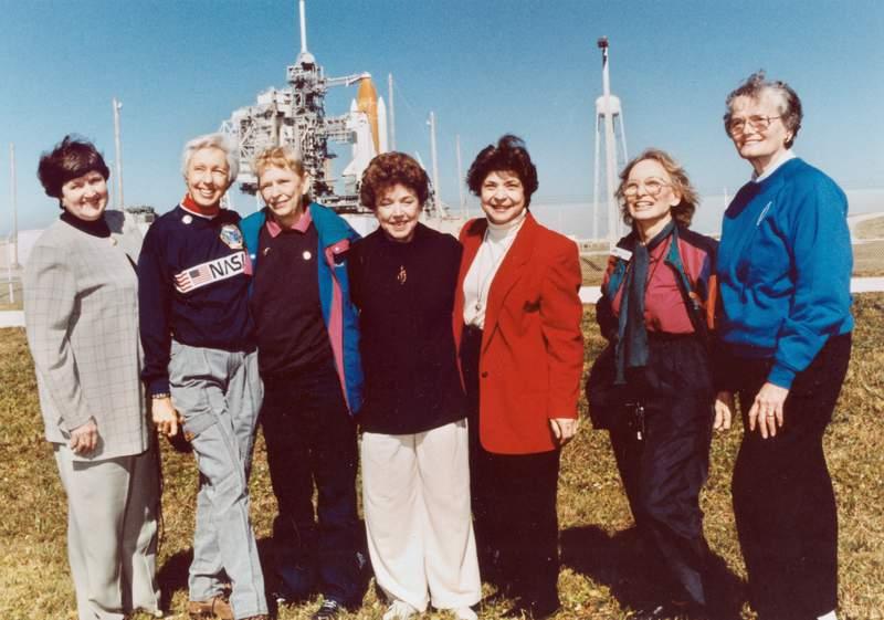 ARCHIVO - La foto de archivo de 1995 muestra parte del grupo conocido como las 13 de Mercuty reunidas para asistir al lanzamiento de un transbordador espacial desde Florida. Son de izquierda a derecha Gene Nora Jessen, Wally Funk, Jerrie Cobb, Jerri Truhill, Sarah Rutley, Myrtle Cagle y Bernice Steadman. Jeff Bezos, el dueo de Blue Origin, ha escogido a Funk _una piloto de 82 aos a la que le negaron las alas de astronauta por motivos de gnero_ a acompaarlo al espacio en las prximas semanas, se anunci el 1 de julio de 2021. (NASA via AP)