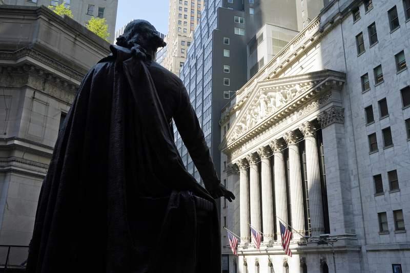 Una estatua de George Washington a un lado de la Bolsa de Valores de Nueva York (al fondo), el lunes 7 de junio de 2021.  (AP Foto/Richard Drew)