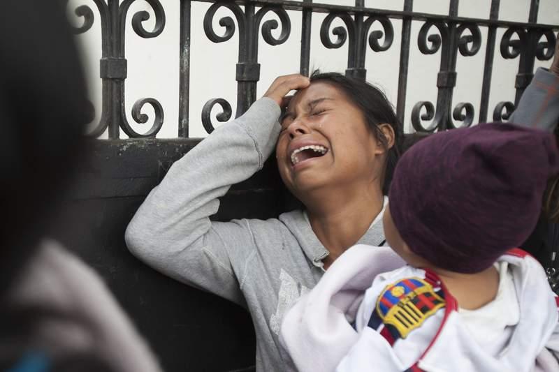 ARCHIVO - En esta fotografa de archivo del 9 de marzo de 2017, un familiar de un joven que resida en el Hogar Seguro de la Virgen de la Asuncin llora mientras espera la divulgacin de los nombres de los que murieron en un incendio en el refugio, fuera de la morgue donde se identificaban los cuerpos en Ciudad de Guatemala. La organizacin Disability Rights International dijo el mircoles 13 de octubre de 2021 que los sobrevivientes del incendio an estn en riesgo debido a la falta de proteccin del gobierno, afirmando que ms de 60 de los sobrevivientes han muerto. (AP Foto/Moises Castillo, Archivo)