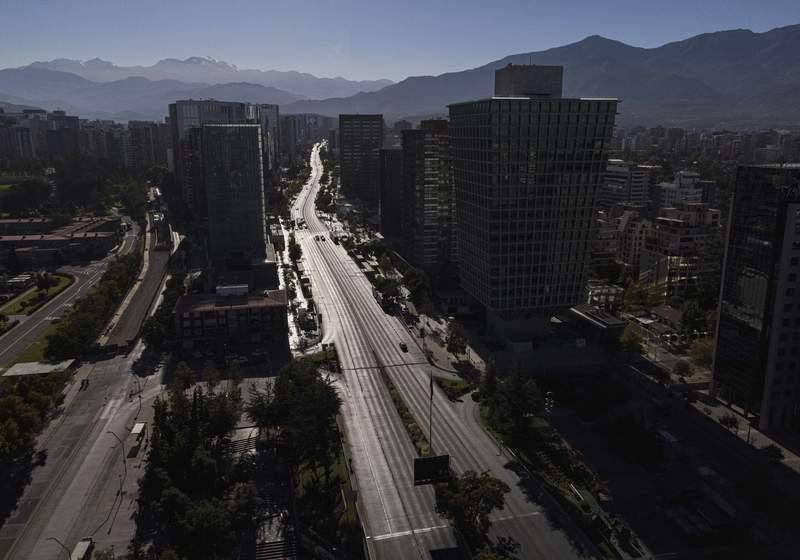 Esta toma area muestra una avenida con muy poco trnsito en Santiago de Chile el sbado 27 de marzo de 2021 debido a un confinamiento en la ciudad para ayudar a contener los contagios de COVID-19. (AP Foto/Esteban Flix)