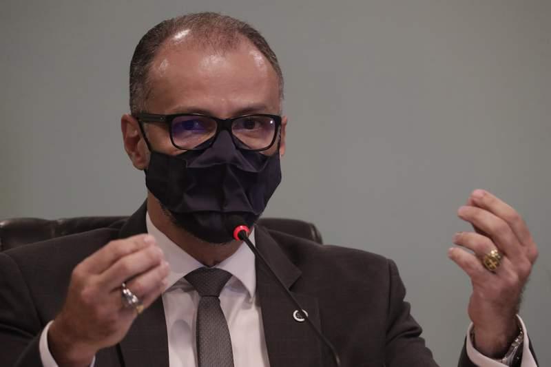 El director de Anvisa, Antonio Barra Torres, da una conferencia de prensa en las oficinas de la agencia en Brasilia, el martes 10 de noviembre de 2020, sobre la decisin de la agencia de suspender las pruebas clnicas de una vacuna experimental contra el coronavirus, CoronaVac. (AP Foto/Eraldo Peres)