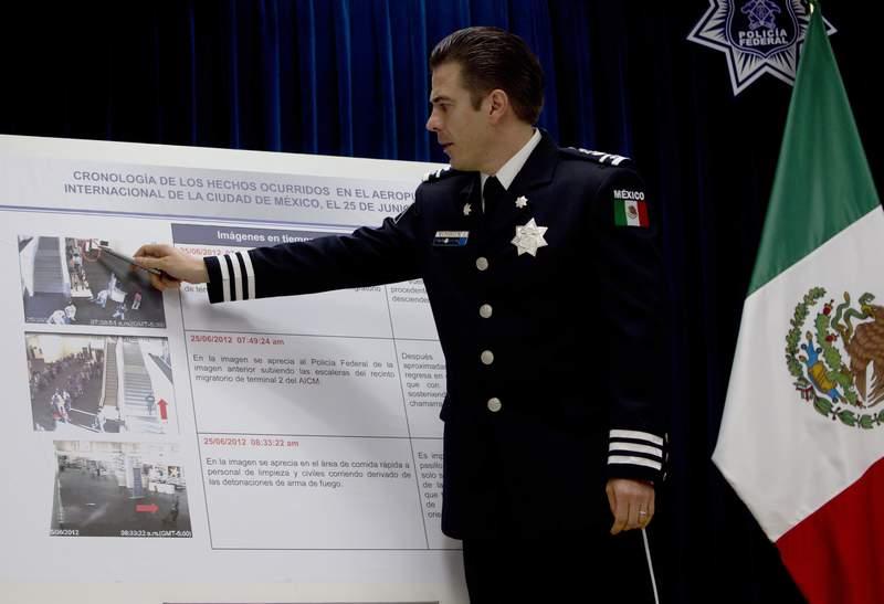 ARCHIVO - En esta fotografa de archivo del 28 de junio de 2012, Luis Crdenas Palomino, jefe de la Divisin de Seguridad Regional de la Polica Federal de Mxico, seala imgenes de una cmara de vigilancia en el aeropuerto internacional relacionadas con un tiroteo, durante una conferencia de prensa en la Ciudad de Mxico. Crdenas Palomino fue arrestado el lunes 5 de julio de 2021 acusado de tortura. (AP Foto/Esteban Felix, Archivo)