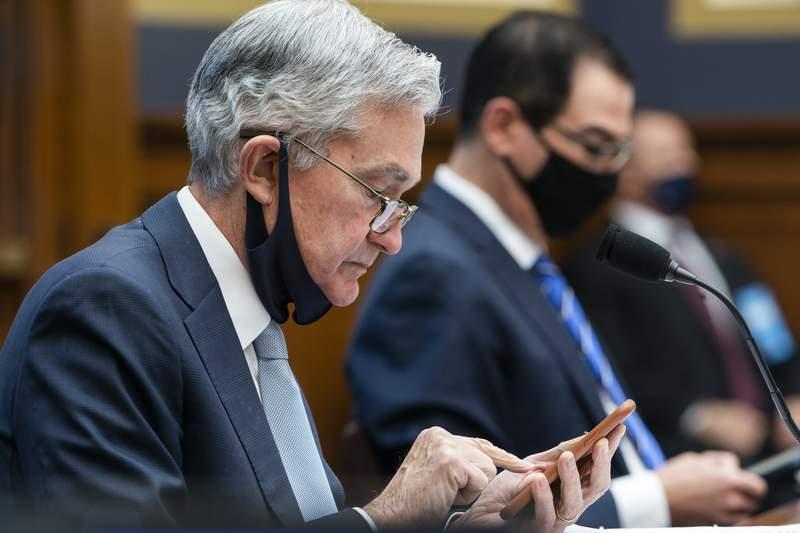 ARCHIVO - En esta fotografa de archivo del 2 de diciembre de 2020, el presidente de la Reserva Federal, Jerome Powell, usa su telfono celular durante una audiencia ante una Comisin de Servicios Financieros de la Cmara de Representantes en el Capitolio, en Washington.  (Jim Lo Scalzo/Pool va AP)