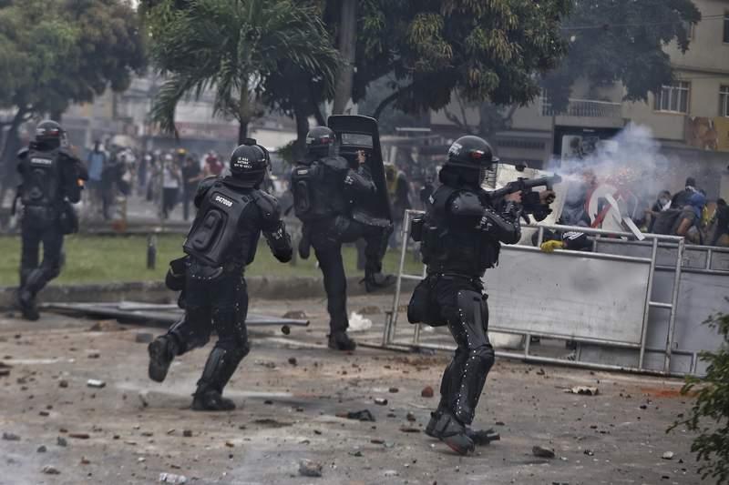 La polica lanza gases lacrimgenos a manifestantes el lunes 3 de mayo de 2021 durante una huelga nacional contra una reforma fiscal, en Cali, Colombia. (AP foto/Andrs Gonzlez)