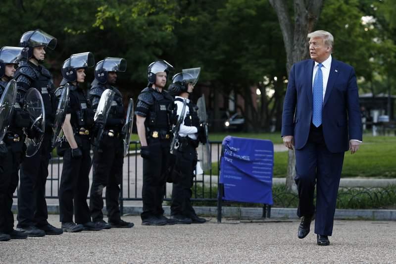 ARCHIVO - En esta foto de archivo del 1 de junio de 2020, el presidente Donald Trump pasa frente a la polica en el parque Lafayette despus de posar en el exterior de la iglesia de San Juan al otro lado de la plaza de la Casa Blanca, Washington. (AP Foto/Patrick Semansky)