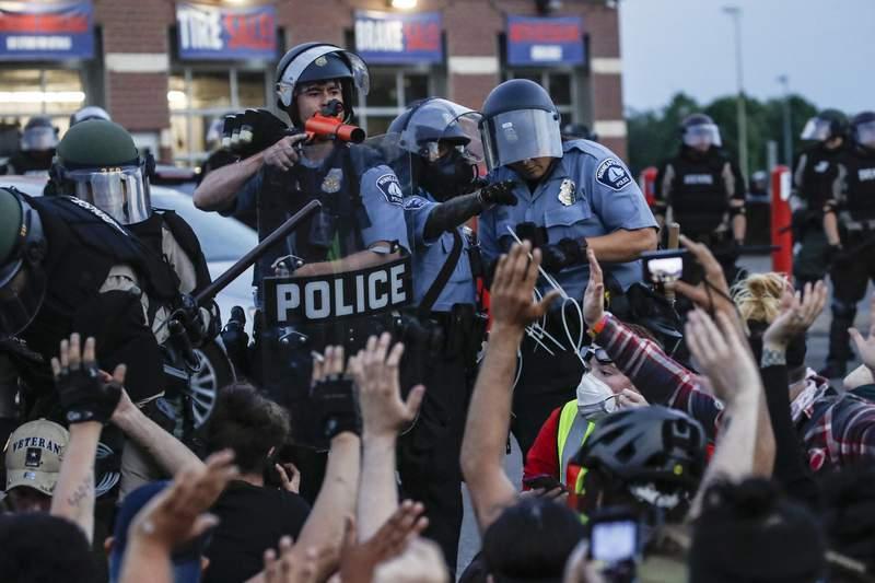 En esta imagen del 31 de mayo de 2020, policas intentan dispersar a la gente en una protesta por la muerte de George Floyd, en Minneapolis. (AP Foto/John Minchillo, archivo)