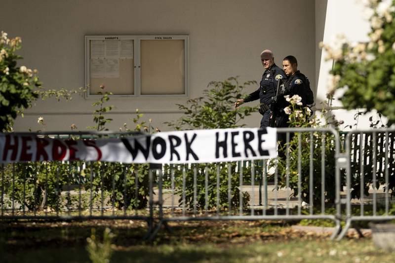 Agentes recorren el lugar donde ocurri una masacre a tiros en una instalacin de la Autoridad de Transporte del Valle Santa Clara en San Jos, California, el mircoles 26 de mayo de 2021. (AP Foto/Noah Berger)