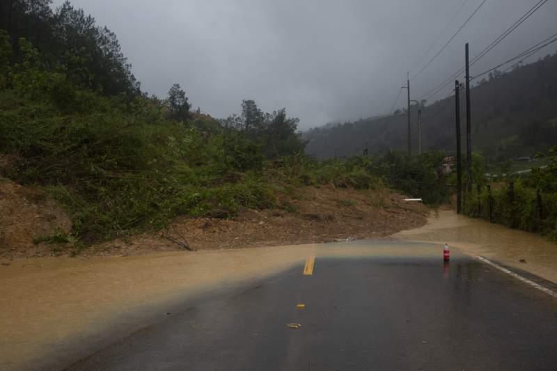 Esta fotografa del viernes 6 de noviembre de 2020 muestra una carretera bloqueada por un deslave en Purulha, en el norte de Guatemala. (AP Foto/Moiss Castillo)