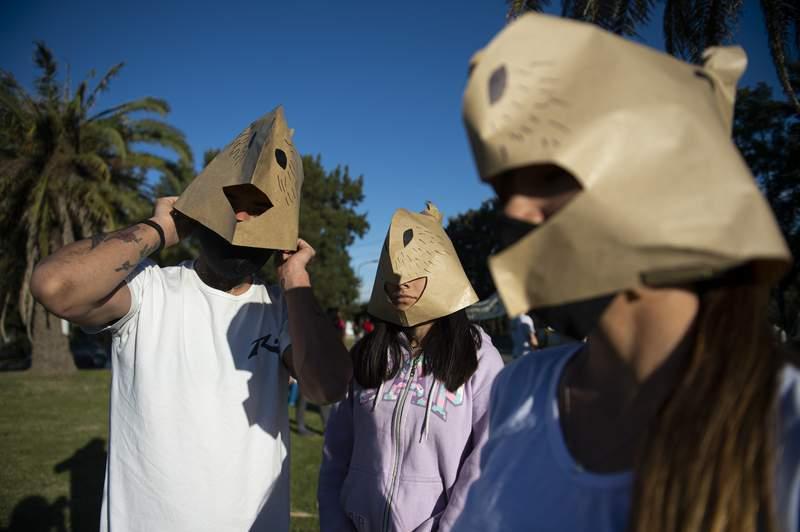 Ambientalistas se renen a las puertas de la comunidad privada de Nordelta, preocupados por el destino de un gran nmero de capibaras que han llegado al lugar, el domingo 29 de agosto de 2021, en Buenos Aires. (AP Foto/Manuel Cortina)