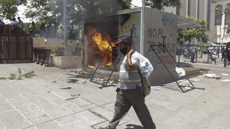 Un cajero automtico con billetera digital Chivo, que intercambia efectivo por criptomonedas Bitcoin, arde luego de que le prendieran fuego durante una protesta contra el presidente Nayib Bukele, el mircoles 15 de septiembre de 2021, en San Salvador, El Salvador. (AP Foto/Ivn Manzano)