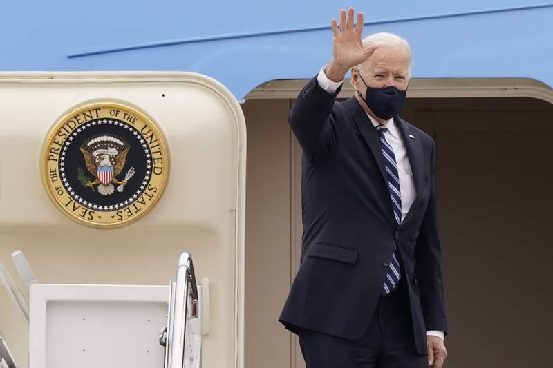 ARCHIVO - En esta foto de archivo del 16 de marzo de 2021, el presidente Joe Biden saluda en lo alto de la escalinata del avin presidencial Air Force One en la Base Area Andrews, Maryland.  (AP Foto/Susan Walsh, File)