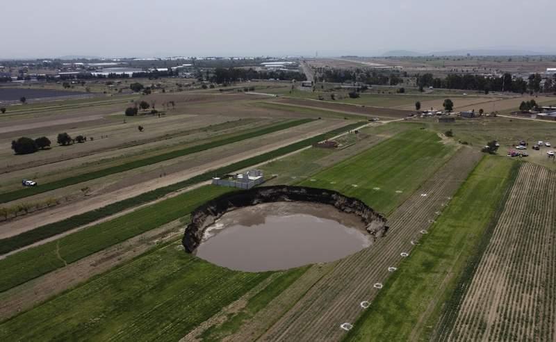 Un socavn con agua en el fondo contina creciendo el martes 1 de junio de 2021 en un campo agrcola en Zacatepec, en las afueras del estado de Puebla, Mxico. (AP Foto/Pablo Spencer)