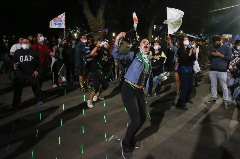 Decenas de personas festejan el resultado de un plebiscito en el que se decidi redactar una nueva constitucin el 25 de octubre del 2020 en la Plaza Italia de Santiago de Chile. (AP Photo/Luis Hidalgo, File)