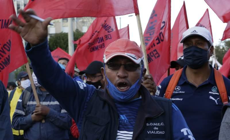 Trabajadores cantan mientras participan en una marcha convocada por los sindicatos para protestar contra la poltica econmica y social del presidente Lenn Moreno en Quito, Ecuador, el jueves 22 de octubre de 2020. Moreno asegur el jueves 29 de octubre de 2020 que el anterior gobierno le tendi una emboscada para que su gestin fracase y que una serie de eventos ms la pandemia ocasionaron una crtica situacin econmica que pusieron al pas al borde de abandonar la dolarizacin. (AP Foto/Dolores Ochoa)