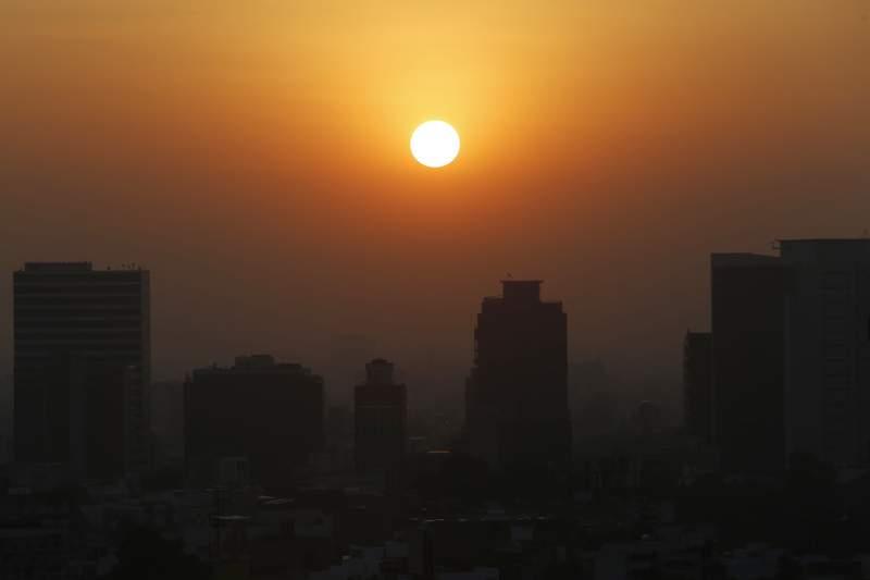 ARCHIVO - En esta foto del 20 de febrero del 2020, el sol se alza entre el smog de la Ciudad de Mxico. Cinco aos despus de un histrico en Pars, los lderes mundiales se renen de nuevo para aumentar sus esfuerzos contra el calentamiento global. (AP Foto/Marco Ugarte)