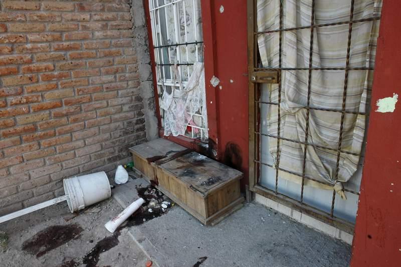 Manchas de sangre e impactos de bala se observan el viernes 8 de enero de 2021 frente a una casa despus de que sujetos armados abrieran fuego la noche anterior contra personas que asistan a un velorio en las afueras de Celaya, estado de Guanajuato. (AP Foto/Mario Armas)