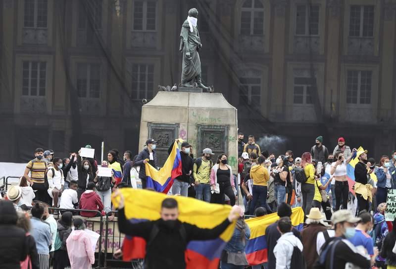 La gente celebra en la Plaza Bolvar el domingo 2 de mayo de 2021 despus de que el presidente Ivn Duque retirara una reforma fiscal propuesta por el gobierno, en Bogot, Colombia. (AP Foto/Fernando Vergara)