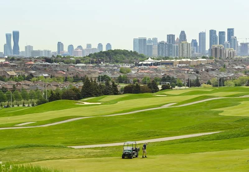 Un trabajador de mantenimiento prepara los toques finales en el campo de golf BraeBen ya que todos los campos de golf estn preparados para abrir el sbado en Mississauga, Ontario, el viernes 21 de mayo de 2021. (Nathan Denette/The Canadian Press va AP)