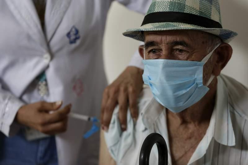 Emidio Dorel, de 81 aos, recibe la vacuna CoronaVac de la empresa china Sinovac el mircoles 17 de febrero de 2021, en un centro de vacunacin de Brasilia. (AP Foto/Eraldo Peres)