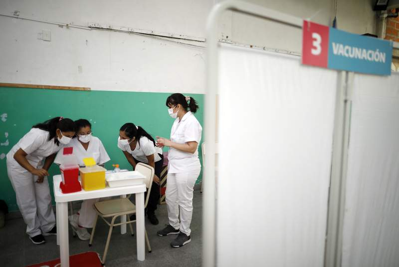 ARCHIVO - En esta foto de archivo del 18 de febrero de 2021, enfermeras leen instrucciones sobre cmo administrar la vacuna Sputnik V contra COVID-19 en una escuela pblica de Bernal, en las afueras de Buenos Aires, Argentina. (AP Foto/Natacha Pisarenko, Archivo)