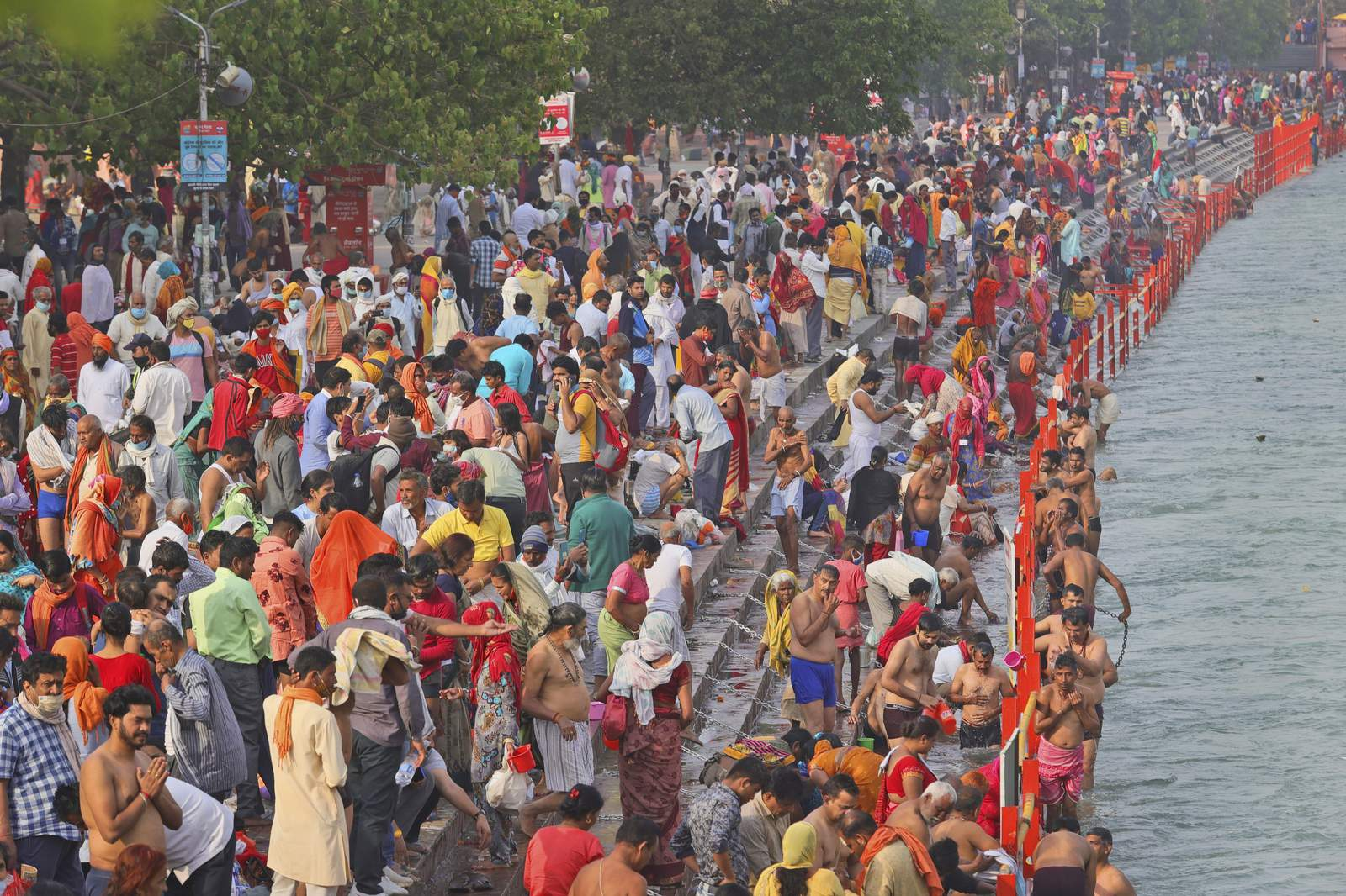 Enormes reuniones en el festival hindú de la India a medida que aumenta el virus