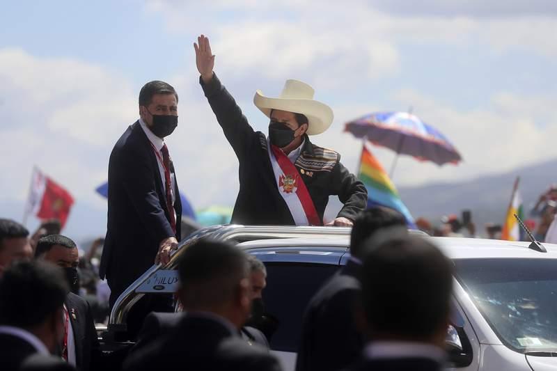 El presidente peruano Pedro Castillo llega a una ceremonia simblica de juramento en el lugar de la Batalla de Ayacucho de 1824 que sell la independencia de Espaa, como parte de los eventos del bicentenario en Ayacucho, Per, el mircoles de julio de 29 de 2021, al da siguiente de asumir la presidencia. (AP Foto/Ernesto Arias)