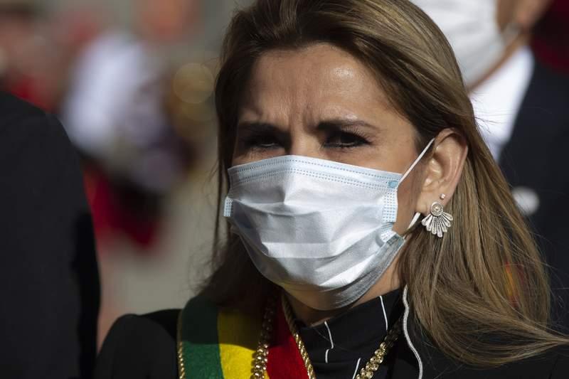 ARCHIVO - En esta fotografa de archivo del 6 de agosto de 2020, la presidenta interina de Bolivia Jeanine ez, con una mascarilla para protegerse del coronavirus, participa en un evento por el Da de la Independencia, en La Paz, Bolivia. (AP Foto/Juan Karita, archivo)