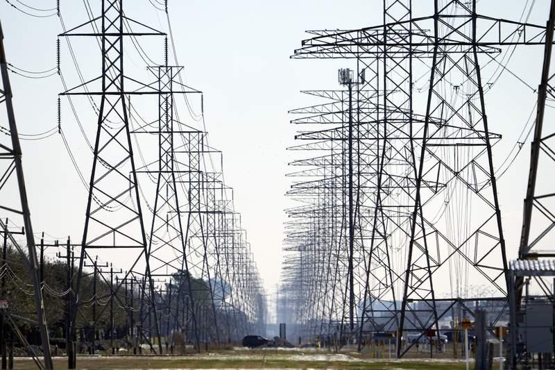 ARCHIVO - Esta fotografa de archivo del martes 16 de febrero de 2021 muestra torres de distribucin de electricidad en Houston. (AP Foto/David J. Phillip)