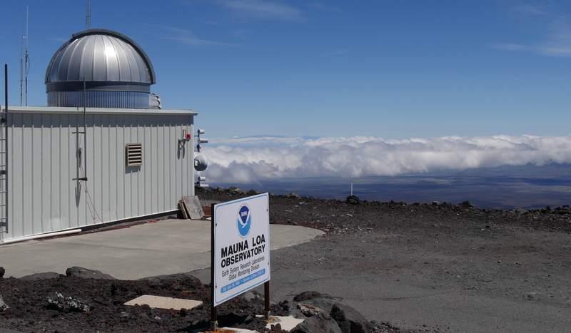 Fotografa de 2019 proporcionada por la Oficina Nacional de Administracin Ocenica y Atmosfrica de Estados Unidos (NOAA) del observatorio Mauna Loa Atmospheric Baseline sobre la montaa ms grande de Hawai para poder tomar muestras de aire libre de contaminacin local. (Susan Cobb/NOAA Global Monitoring Laboratory via AP)