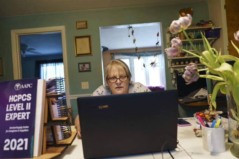 Ellen Booth, una mujer de 57 aos en Coventry, Rhode Island, estudia para tener una nueva carrera luego que el restaurante donde trabajaba cerr. Foto tomada el 17 de mayo del 2021.   (Foto AP/David Goldman)