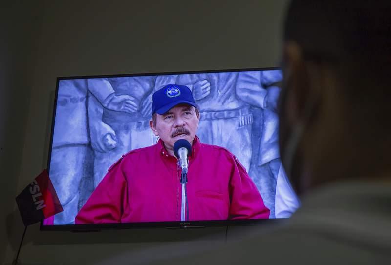 Un hombre observa en televisin un discurso del presidente Daniel Ortega el mircoles 23 de junio de 2021, en su casa en Managua, Nicaragua. (AP Foto/Miguel Andrs)